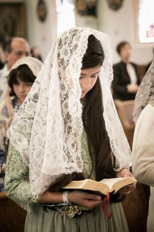 Resultado de imagem para mulher rezando em igreja com véu