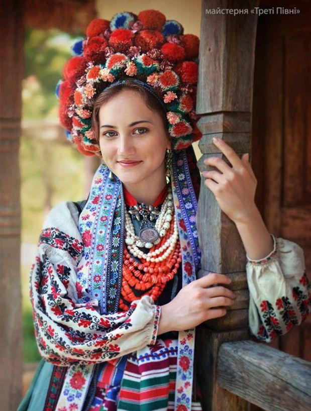 Ukrainian Women Celebrate National Pride With Stunning Traditional Floral Crowns Ukrainische Frauen Blumenschmuck Frau