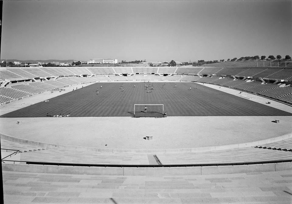 O antigo Estádio da Luz. Dois anéis, apenas. Imagens dos anos 60.