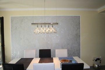 der kontrast von grauer struktur und gelber farbe gibt diesem esszimmer flair spachteltechnik. Black Bedroom Furniture Sets. Home Design Ideas