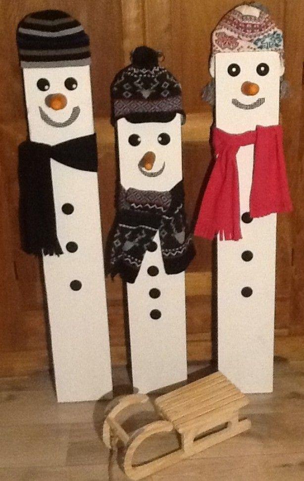 Klaar voor de winter, en kerst. Slee grenen hout dat ik over had. Sneeuwpoppen steigerplank in de grondverf petjes en sjaal (zeeman), ogen en knopen anti krasvilt. paar uurtjes werk,veel plezier Gr. Theo