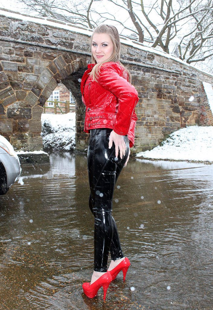 Chantal Fox in PVC in the snow (22) | von sade_days