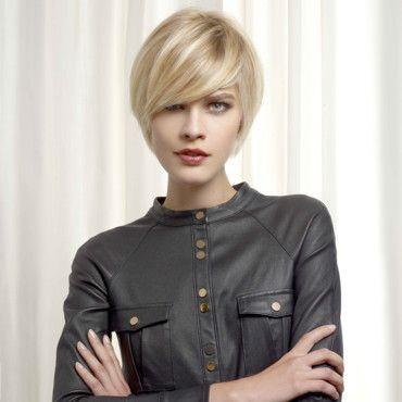 Vog coiffure une coupe courte lisse avec une longue m che sign e vog coiffure coiffure en - Coupe courte meche longue ...
