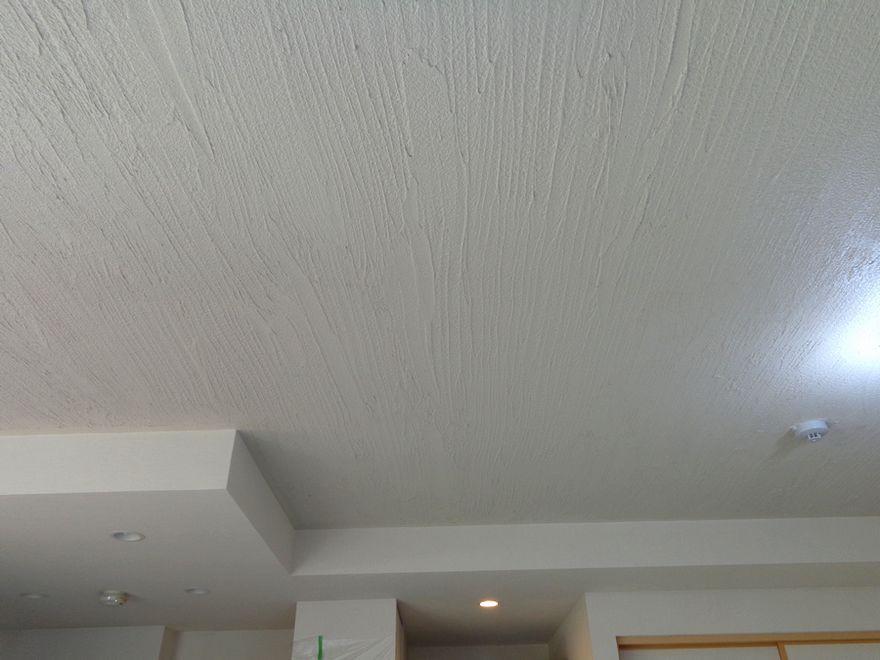 マンション Ld天井の珪藻土アフター 模様は 木ゴテ引きずり模様