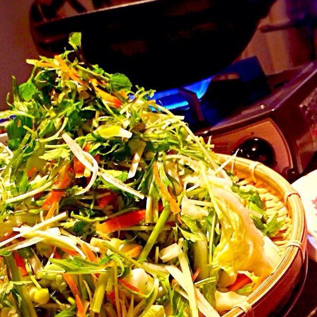 豚肉と一緒にしゃぶしゃぶして、梅入りポン酢につけていただきます。 たくさん野菜が摂れる簡単健康鍋^_^ - 24件のもぐもぐ - 水菜&千切り野菜のはりはり鍋 by Yuko
