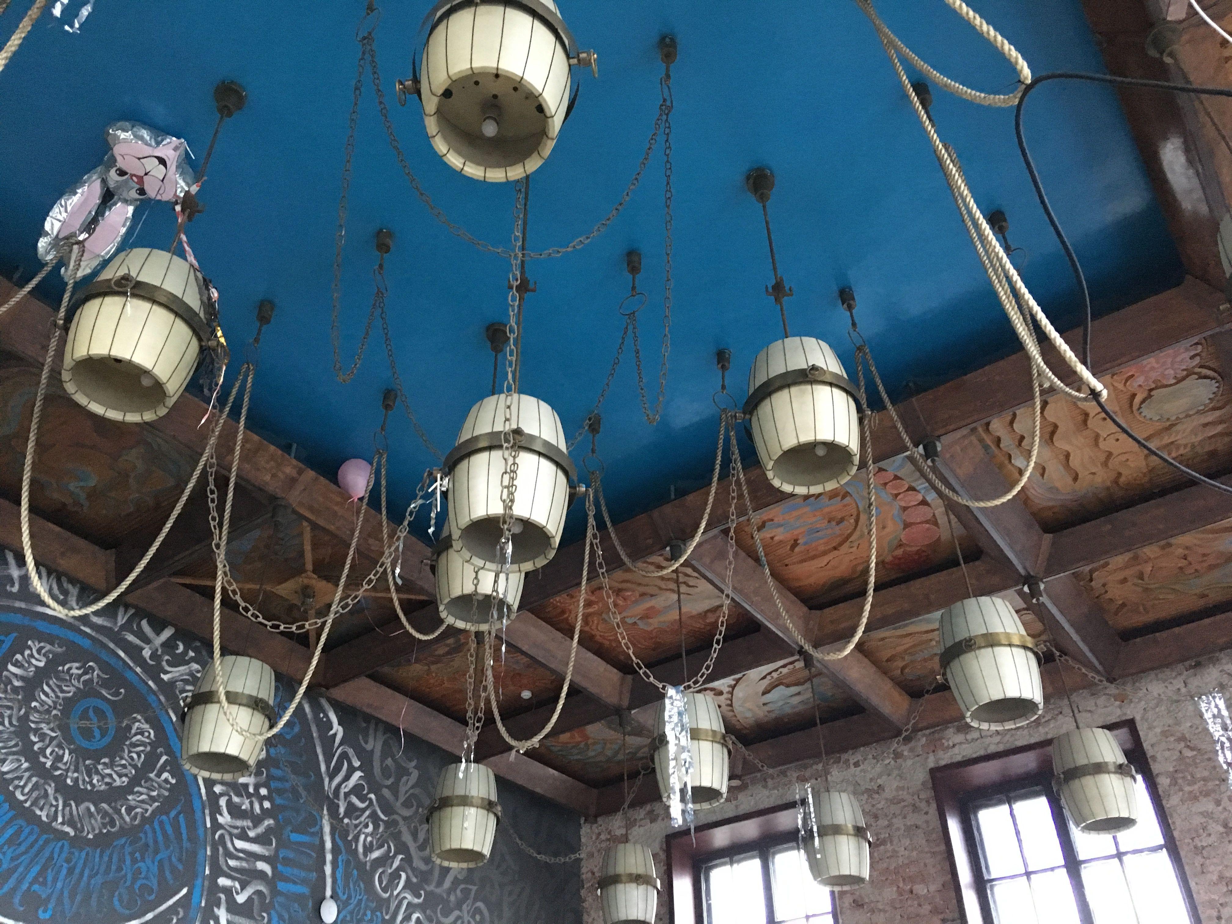 Потолок с прикольными светильниками