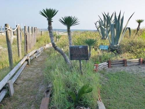 Hana by the Sea Galveston (Texas) (Texas) Located 30 km from Galveston, Hana by the Sea offers pet-friendly accommodation in Sea Isle. The property is 45 km from Kemah and boasts views of the sea.  A dishwasher, an oven and a microwave can be found in the kitchen.
