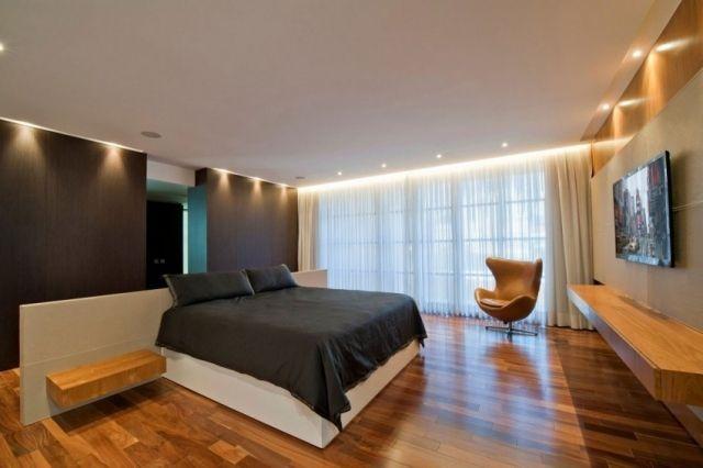 Schlafzimmer Modern Schwarz Weiß Holzboden Akzente Indirekte Beleuchtung  Decke