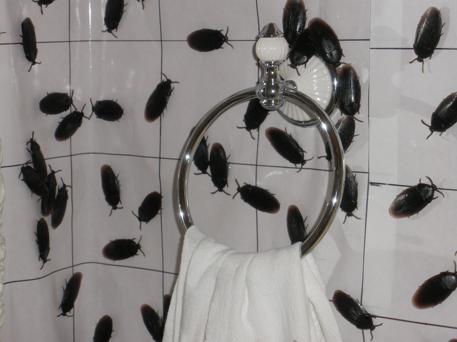 5 spooky ways to decorate your bathroom this halloween - Halloween Bathroom Decorations