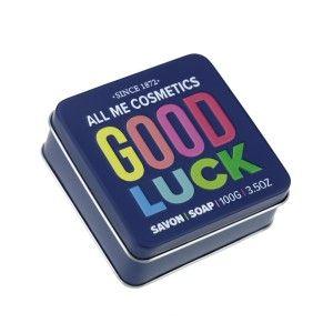 Glückwünsche, die sich gewaschen haben: In der fetzigen Designerdose mit Good-Luck-Aufdruck stecken 100 Gramm edle Luxusseife. Rein natürliche Bestandteile und der Duft nach Pflaumen drücken mit Ihnen die Daumen, dass alles gut geht. Zur Prüfung, zum Jobeinstieg oder immer dann, wenn man ein kleines Extra an Glück gut gebrauchen kann!