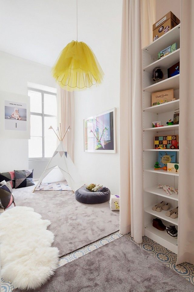 Fantastisch An Eclectic Kidsu0027 Bedroom With A Yellow Pendant Light And A Tee Pee