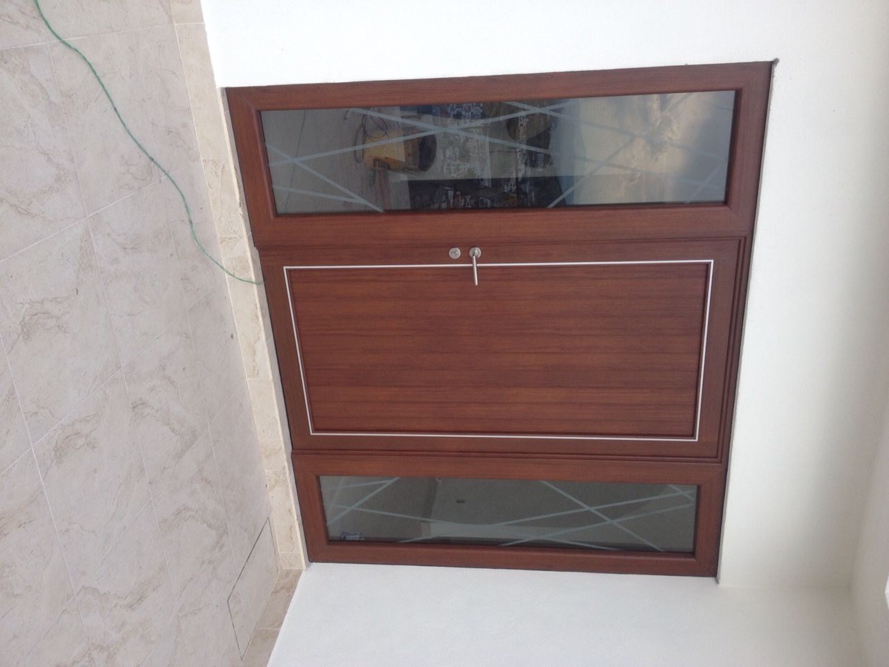 Puerta en acabado madera con dos fijos en cristal, con detalle ...