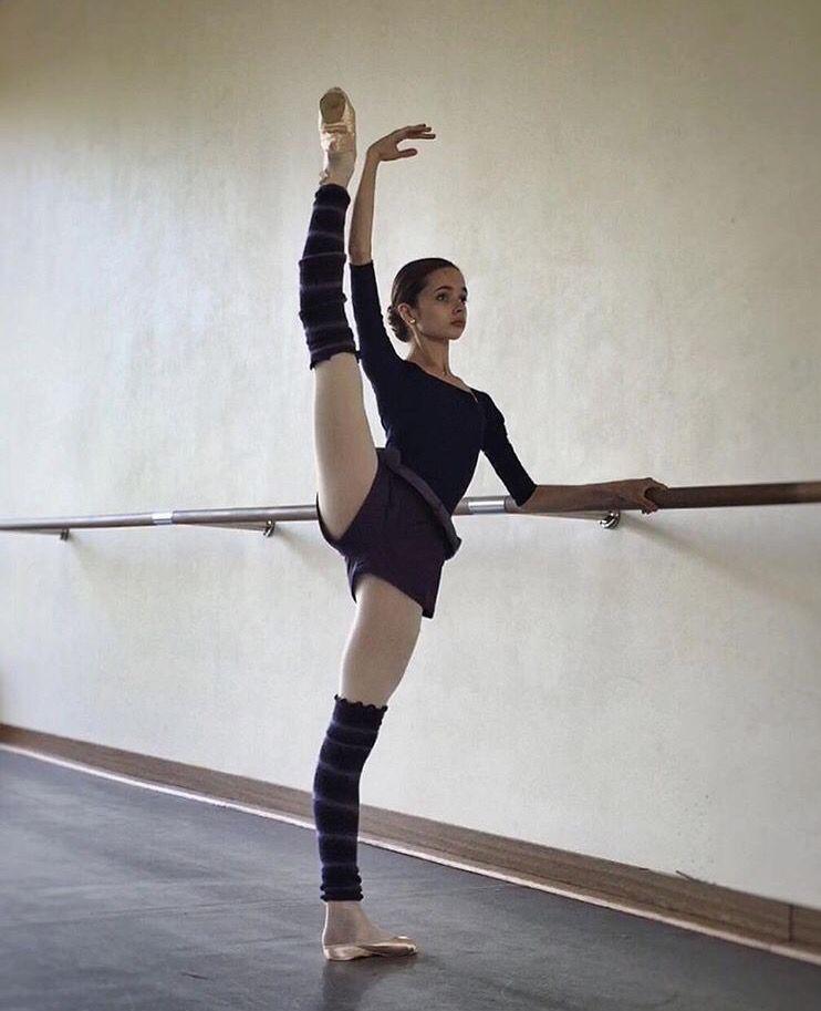 Красивая балерина с измеряя лентой, тонкой талией после диеты.