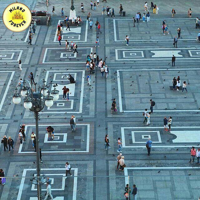 @milano_forever è felicissima di presentare  una delle fotografie più belle di oggi 18 Novembre 2015. Complimenti al bellissimo scatto di @danibarde Date un'occhiata alla sua splendida galleria!! La foto è stata selezionata da @_cribri_ Grazie a chiunque seguirà e taggherà milano_forever Apprezzato il repost anche solo temporaneamente.  Magnifico scatto catturato dall'alto in cui persone e piccioni sembrano fondersi nella grandiosa Piazza del Duomo. Il merito di questa bellissima e…