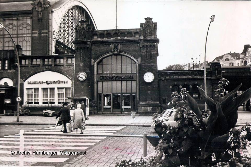 Moooiiinnn Haaammmbuuurch !!! Heute nochmal ein Bild aus der jüngeren Geschichte. Wir sehen hier den Sternschanzenbahnhof am 10.06.1964 ... und wie wir auf der Uhr erkennen können, fünf vor sechs. Vaddi schleppt den schweren Koffer; Mutti hat ihre Handtasche in der einen und 'ne Stofftasche, vermutlich mit Reiseproviant, in der anderen Hand dabei. Auf der Straße zwischen den Blumen lugt eine BM...