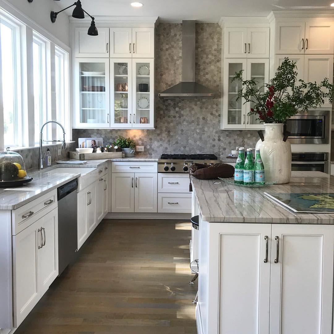 1 434 Likes 14 Comments Tracy Bradshaw Realtor Gobradshaw On Instagram Crisp And Clean Cred By Pinterest Kitchen Kitchen Design New Kitchen