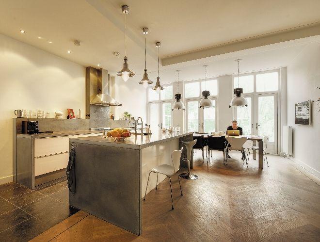 Keuken met werkblad van beton gecombineerd met natuursteen en hout ...
