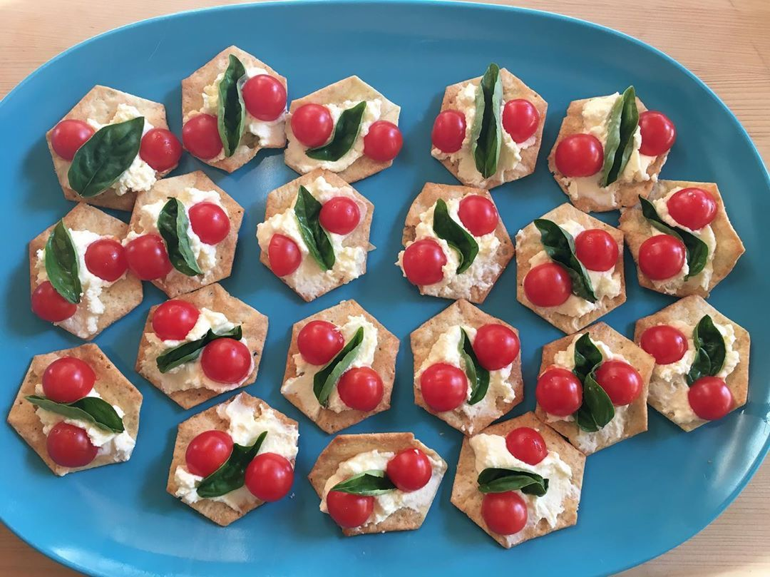 Simple but so good: GF crackers with my homemade ricotta and homegrown Mexican cherry tomatoes and basil. #appetizer #ricotta #tomatoes #basil #foodstagram #foodporn #yummylummi