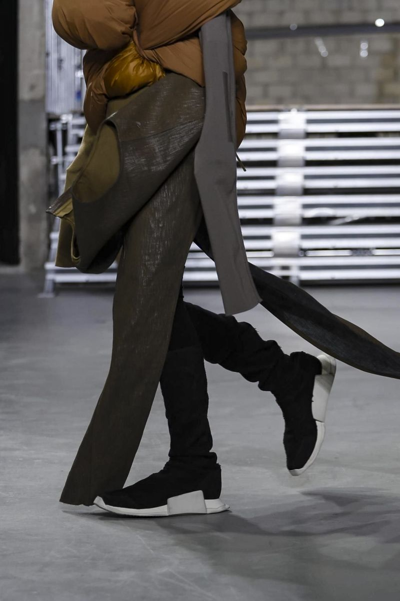 RickOwens–the master of all things dark, conceptual and intellectual – did it again: playing with exaggerated volumes and proportions seems to have become a sort of fe...