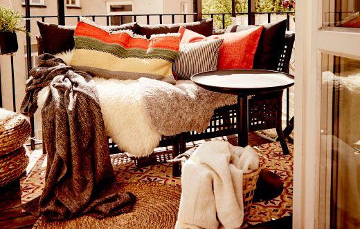 Ein Sofa Voller Plaids, Kissen Und Schaffellteppichen, U. A. GURLI Plaid  Grau/schwarz.