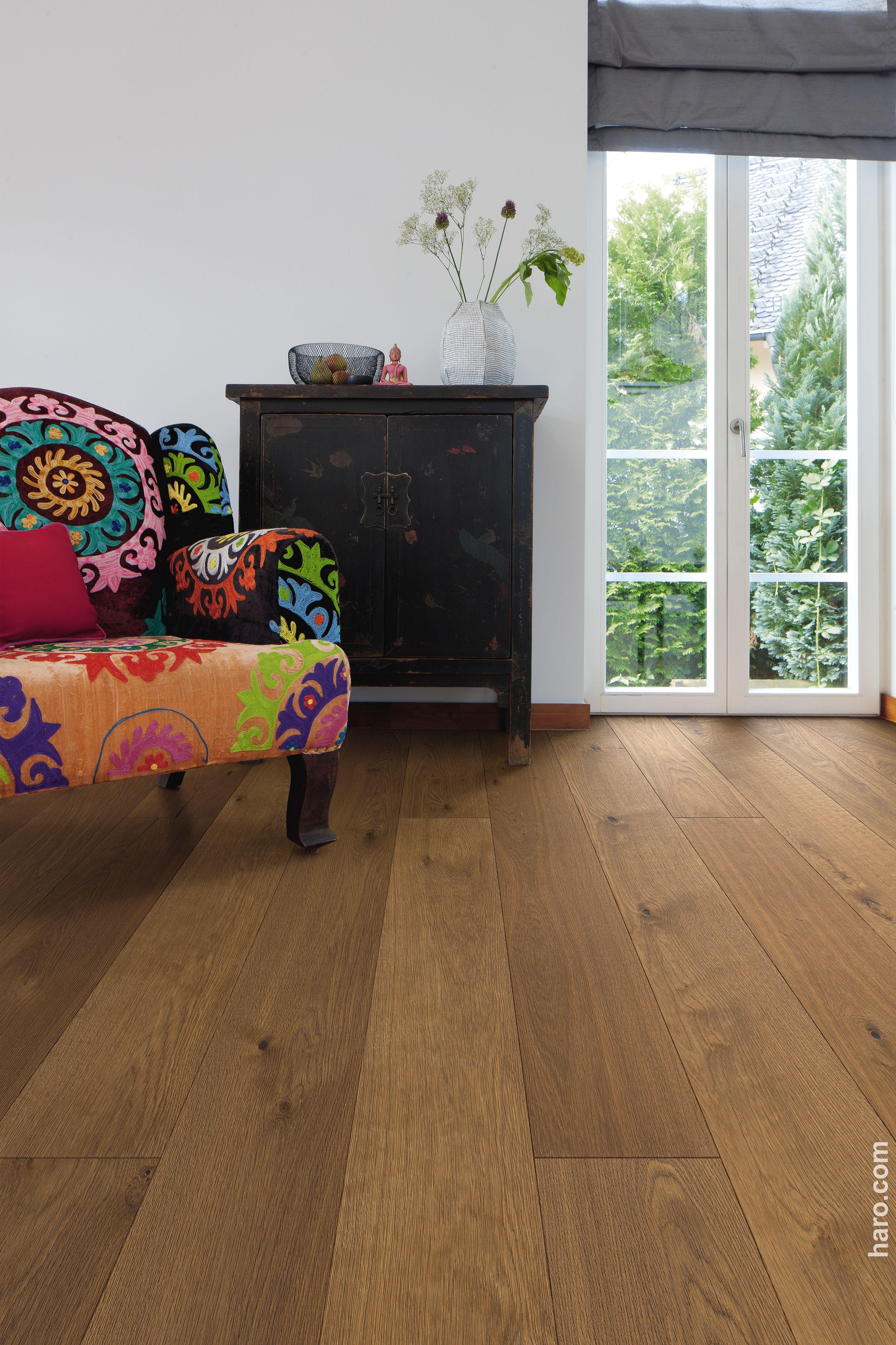 Unsere Parkett Landhausdiele Plaza Bernsteineiche Sauvage Lässt Sich  Wunderbar Mit Farbenfrohen Möbeln