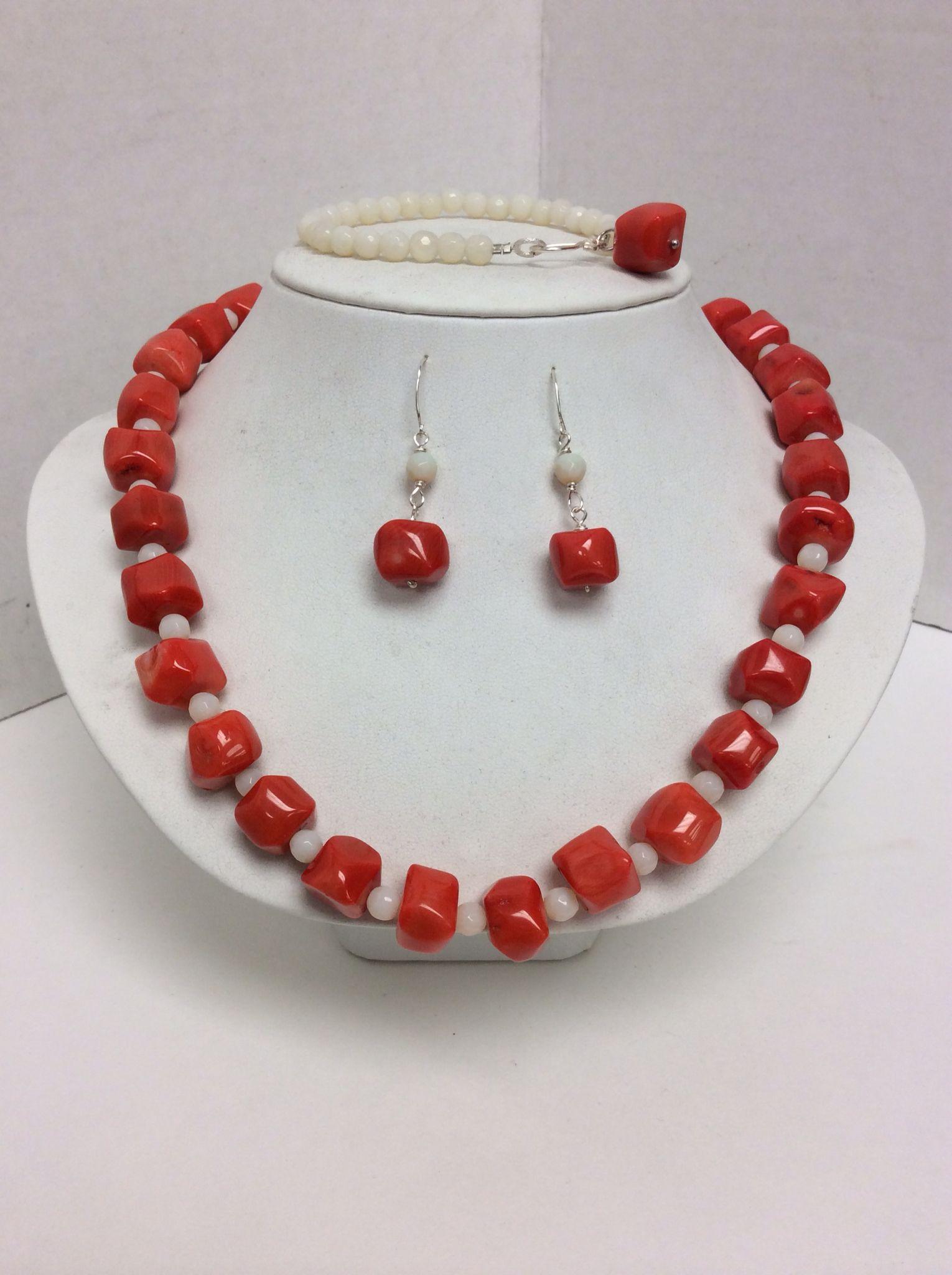 Collar ,pulsera y aretes de coral y piedra luna....
