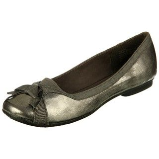 @Overstock - These graceful 'Zama' ballet flats from Sam & Libby showcase a round-toe design with a small bow accent. These women's flats also feature a faux leather upper construction in a patent silver color scheme.http://www.overstock.com/Clothing-Shoes/Sam-Libby-Womens-Zama-Bow-Ballet-Flats/6032708/product.html?CID=214117 $39.99