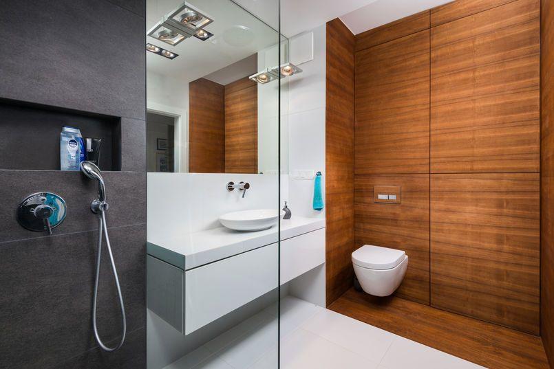 Drewniana Zabudowa W Lazience Lazienka Styl Nowoczesny Aranzacja I Wystroj Wnetrz Bathroom Bathtub Toilet