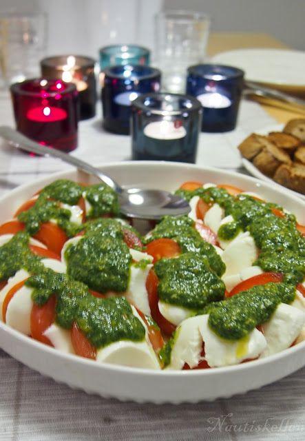 Nautiskellen: Tomaatti-mozzarellasalaatti ja pestoa