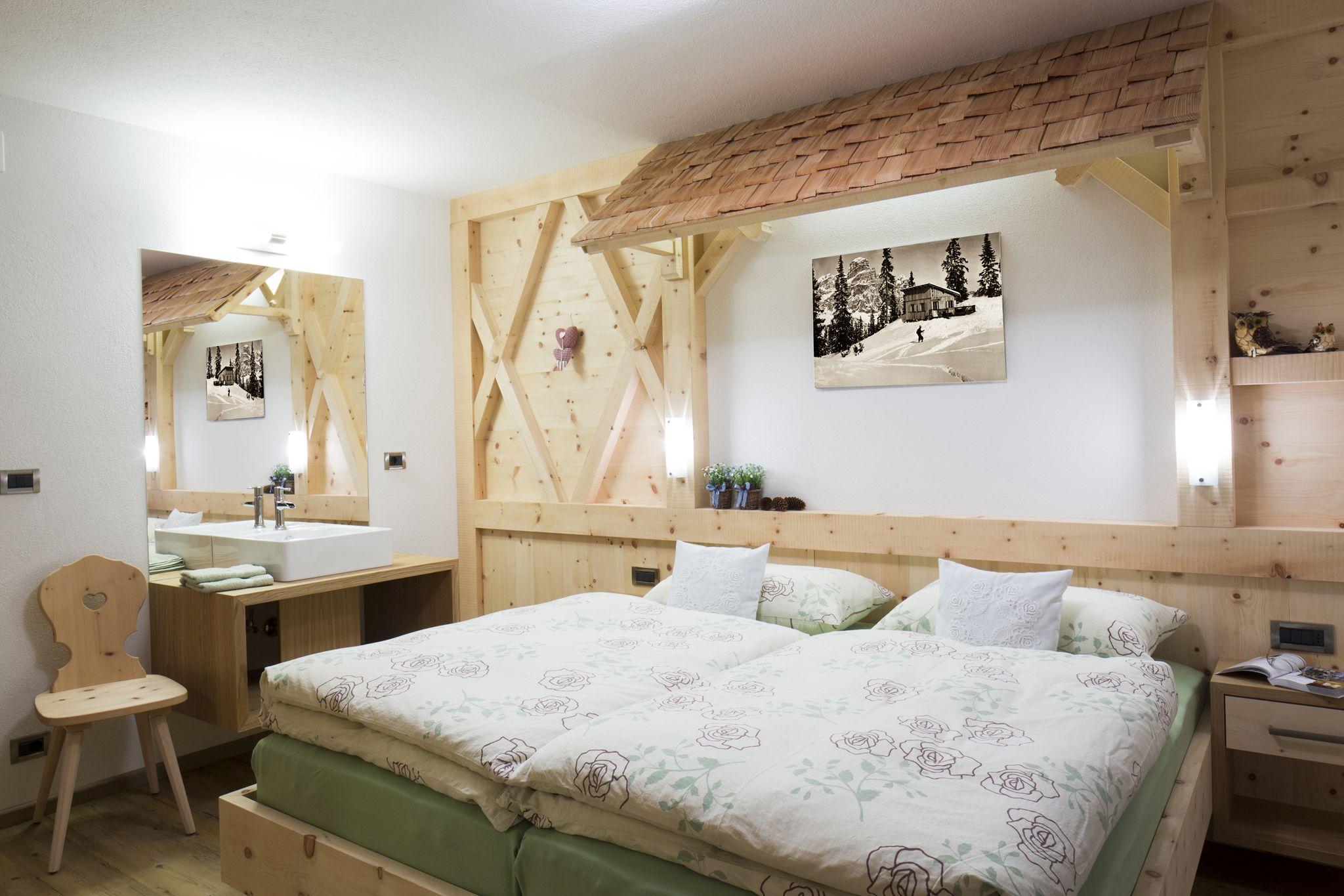 Camera da letto in legno di pino cirmolo montano | Camera ...