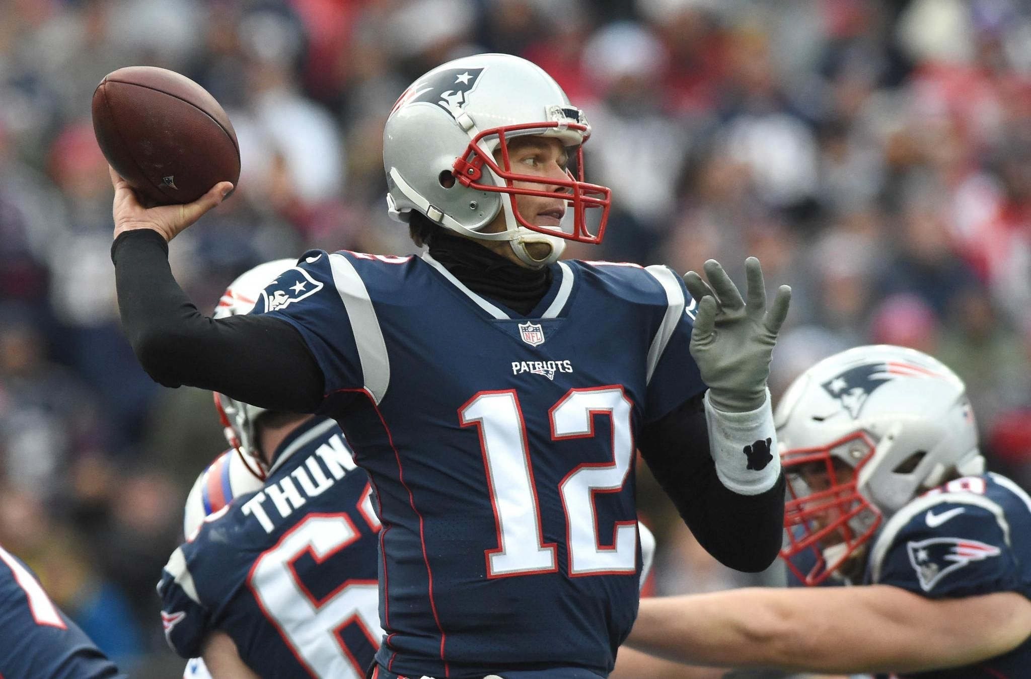 Tom Brady Reportedly Will Probably Wear Glove On Throwing Hand But Patriots Don T Believe Injury Will Be Significant Fact Football Fantasy Football Patriots