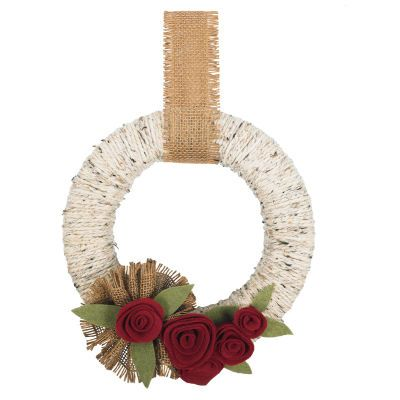Christmas Yarn Wreath. Love the felt & burlap flowers. So much texture going on!