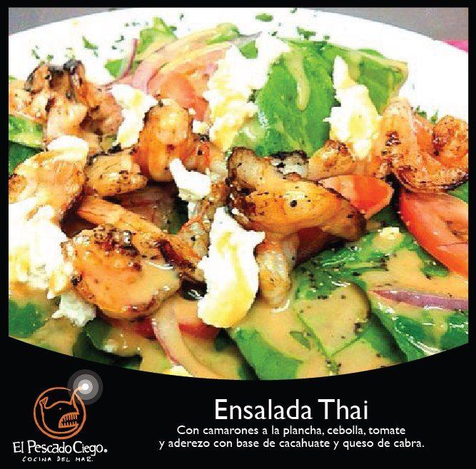 Ensalada Thai: camarones a la plancha, cebolla, tomate y aderezo de cacahuate y queso de cabra. @ El Pescado Ciego