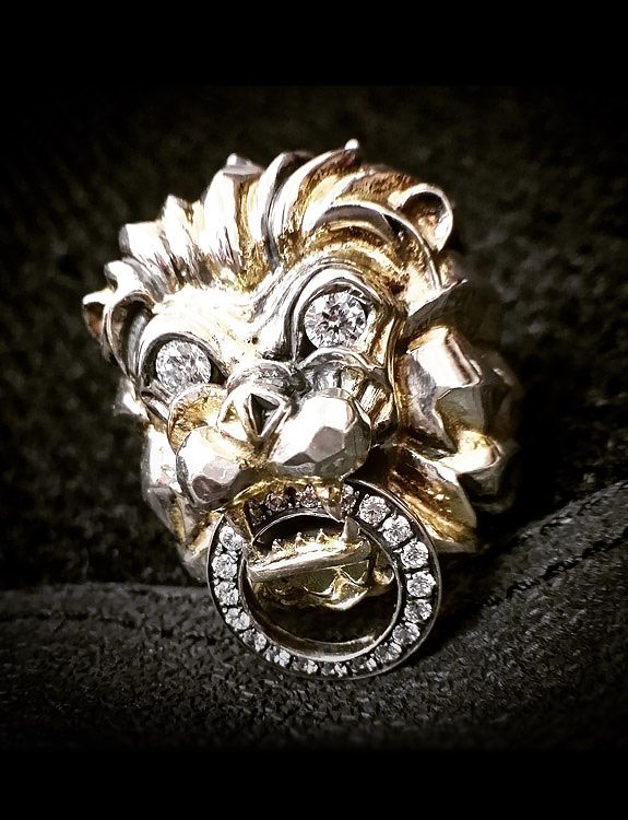 Infused in 18K gold, Deific Commodus Lion 18K Gold Ring is one of our legendary work of arts.