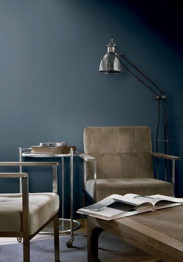 le style industriel du salon senveloppe dune ambiance feutre avec cette peinture bleu contemporaine couleur peinture midnight blue flamant tollens