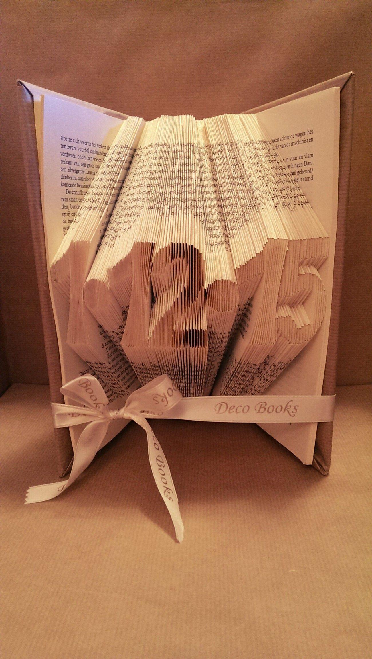 Boekvouwen datum of jaartal gevouwen in een boek tussen