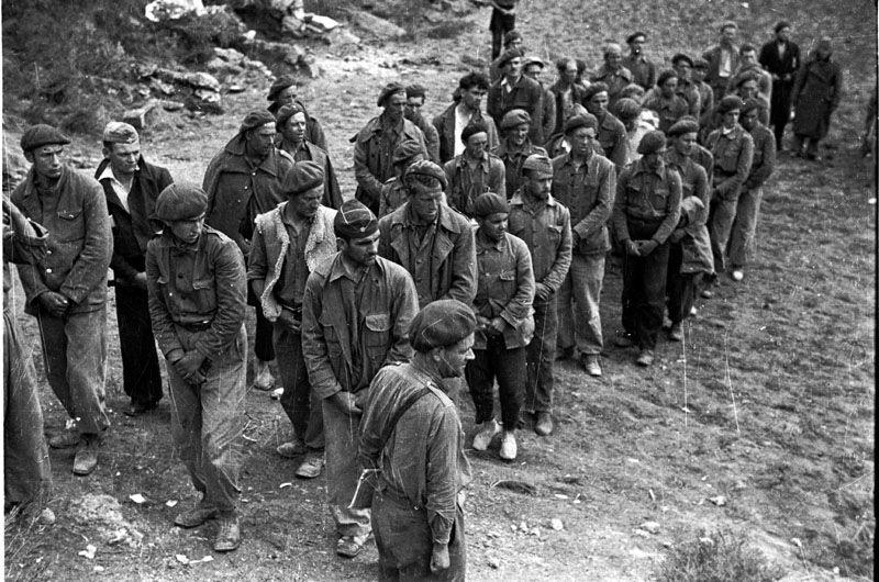Spain - 1938. - GC - Ramón Soliva, Jefe de la 45 Brigada Internacional, frente a un grupo de detenidos franquistas en la batalla del Ebro.