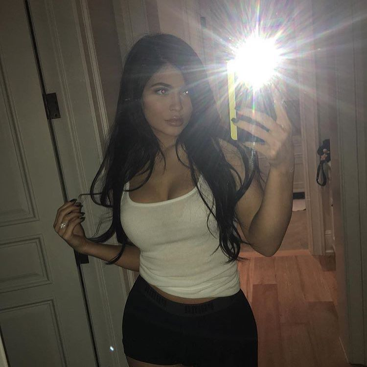 Kyliejenner Posted In Front Of The Mirror With That Flash -5608