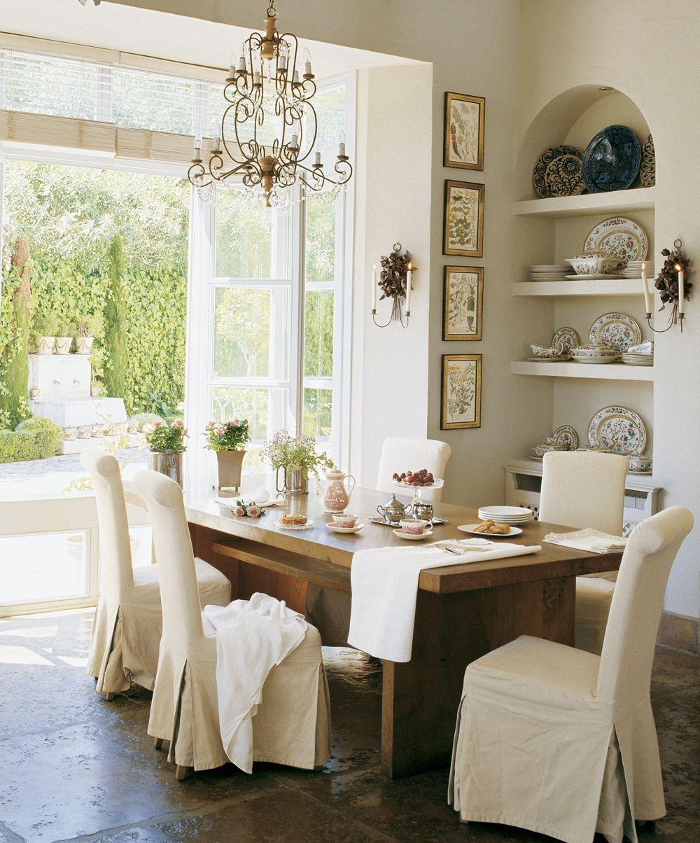 Comedor con mesa de madera y sillas con fundas hornacina for Fundas sillas comedor