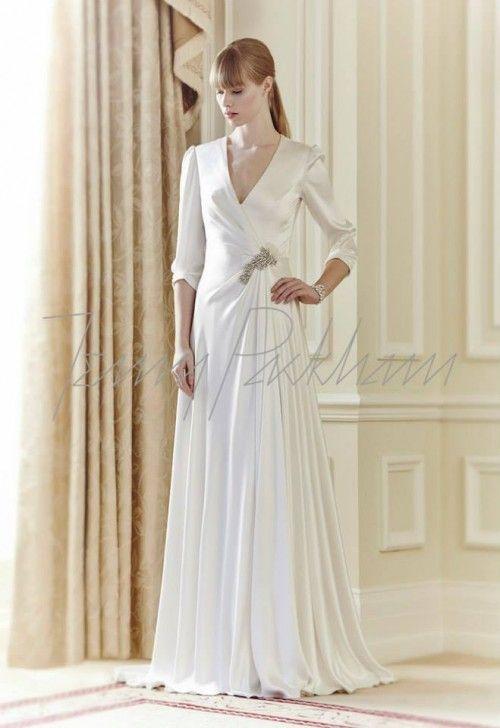 vestido de novia con caída elegante, acabado en satén y mangas tres