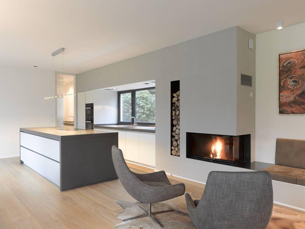 eck kamin mit grauer wand und angeschlossener sitzbank in neroassoluto poliert objekt steht in. Black Bedroom Furniture Sets. Home Design Ideas