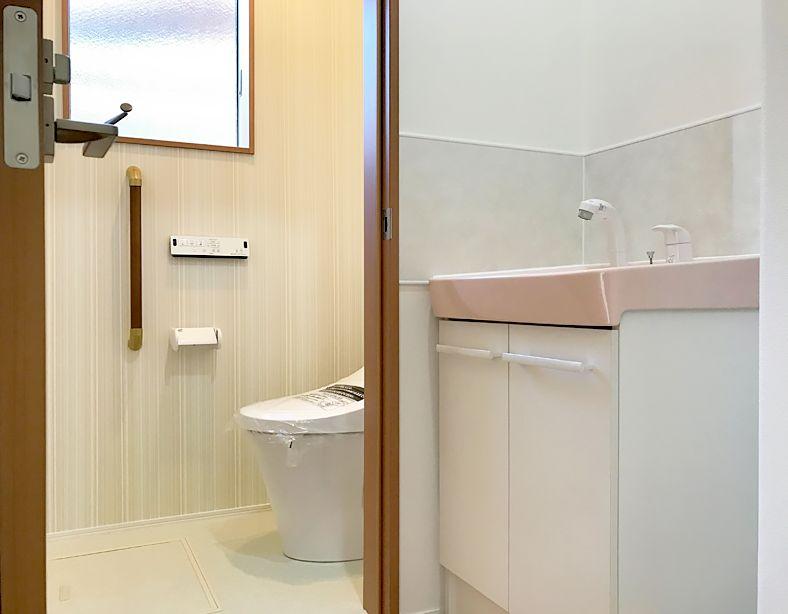 2階のトイレの隣に 手洗い器を付けました 手洗いだけではなく 2階の掃除にも便利です マイホーム 家づくり ハウスメーカー 工務店 おしゃれな家 注文住宅 山梨注文住宅 キッズデザイン 自由設計 山梨新築 リクシル シンプルデザイン マイホーム