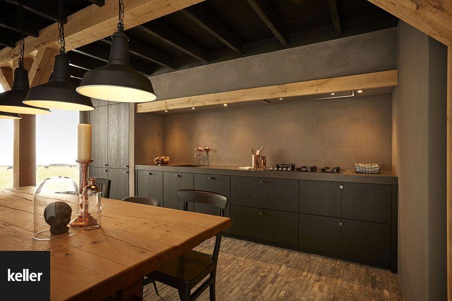 Een zwarte keuken met hout past perfect bij een landelijk interieur