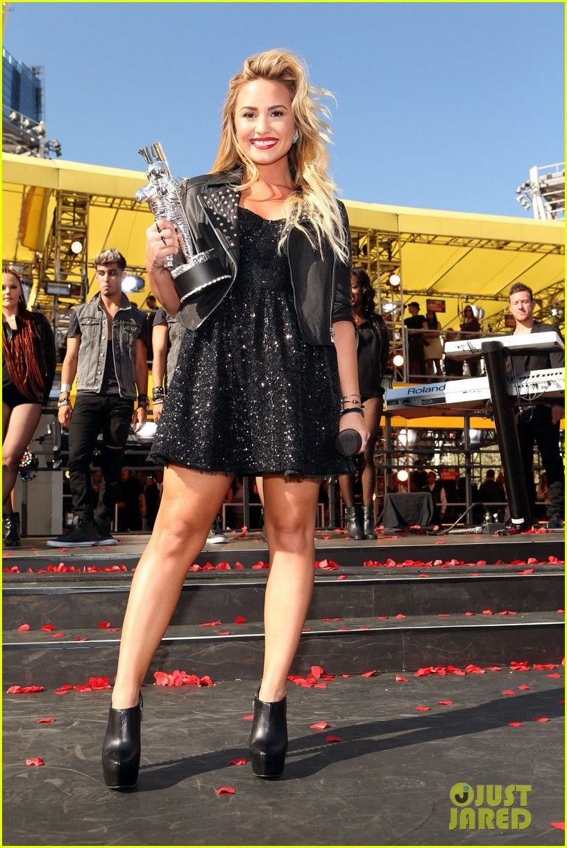 Olha só que diva essa @Demetria Hudson Lovato, gente! Amamos o look rockstar <3 #coberturaVMA