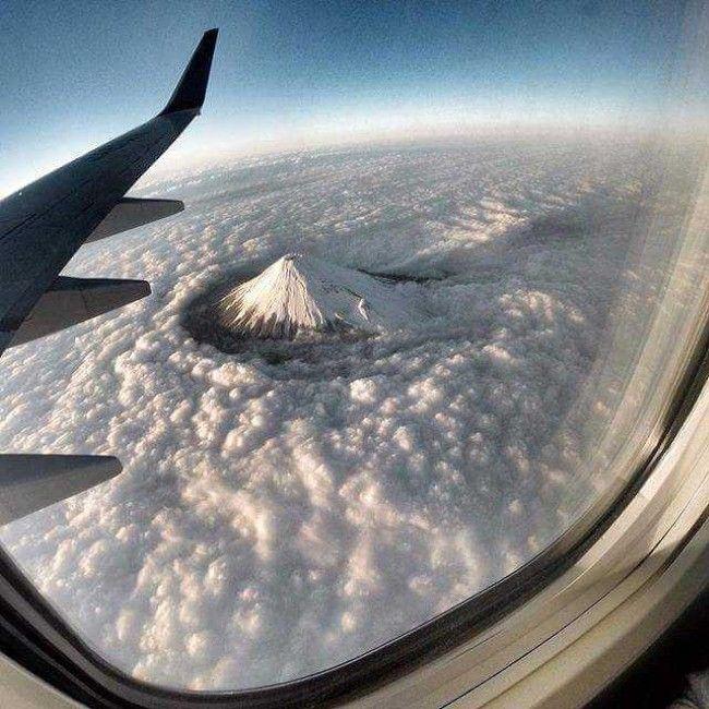 صورة مذهلة ت ظهر جبل فوجي من نافذة طائرة وي عتبر جبل فوجي من أشهر المعالم العالمية اليابانية وذلك بسبب شكله المخروطي ال Cool Pictures Mount Fuji Fuji Mountain