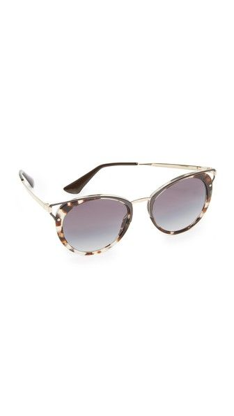 0b6b817db5 Consigue este tipo de gafas de sol de Prada ahora! Haz clic para ver ...