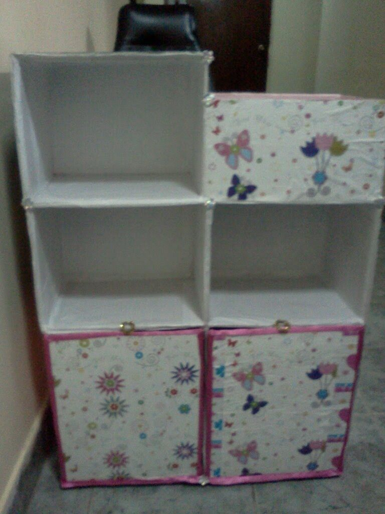 Facil Estanteria Infantil Para Libros Y Utiles De Escritorio Hecho Con Cajas De Carton Estanterias Infantiles Muebles De Carton Como Hacer Un Librero