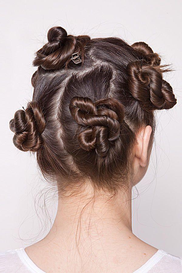 Diese über Nacht im Haar lassen. Am Morgen die Klammern lösen und die Längen mit den Fingern auflockern. Das vordere Deckhaar abteilen,