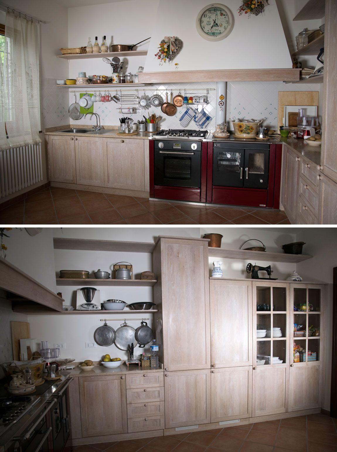 Cucina in stile country con piano in marmo, mobilio in rovere ...