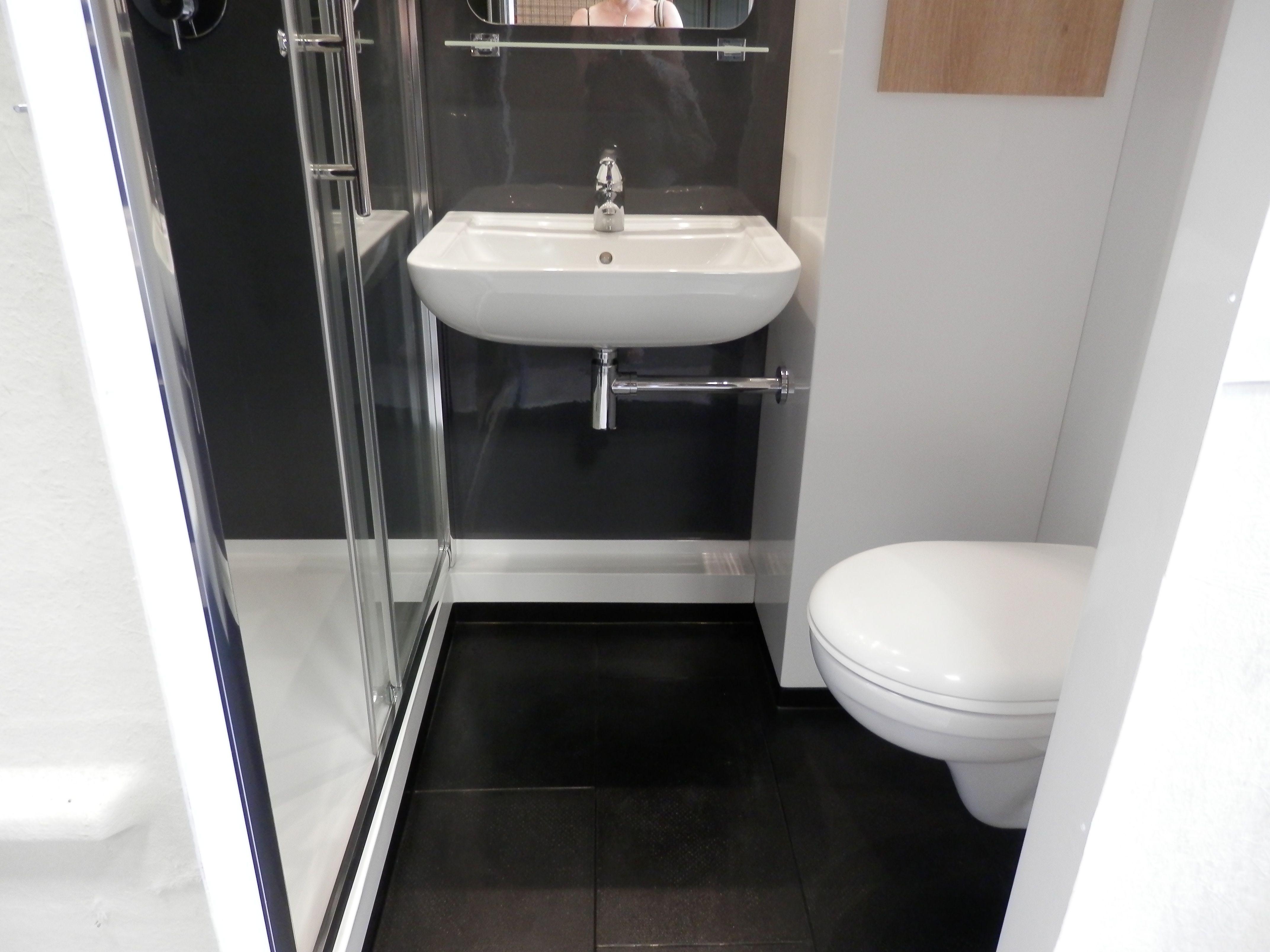 Int rieur de la salle de bain pr fabriqu e hotel star for Salle de bain hotel